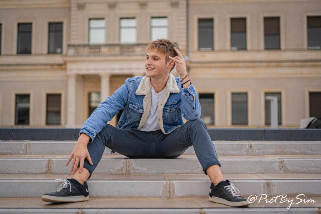 Photo d'Hugo devant la mairie d'Angers