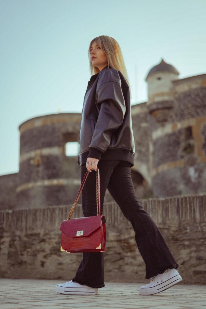 Femme marchant à Angers